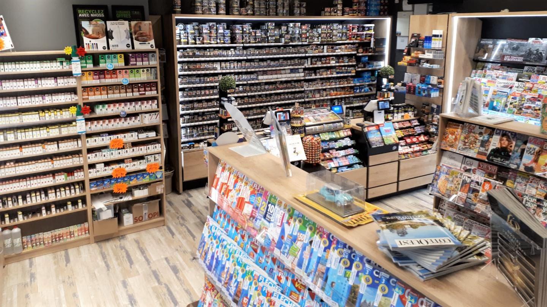 Réalisation à rennes d'un aménagement tabac presse dans une galerie marchande en bois clair et noir / a2m diffusion